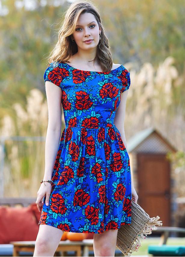Çiçek Desenli Sırtı Açık Kısa Elbise