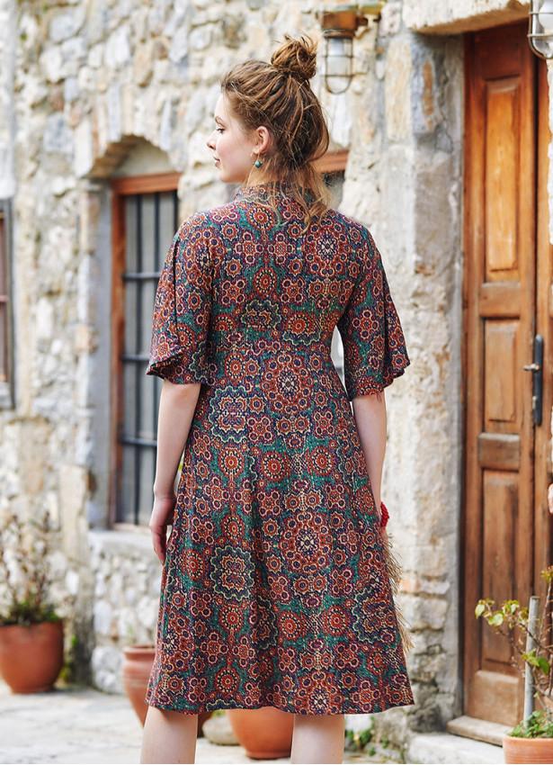 Otantik Desenli Dik V Yaka Düğmeli Gizli Fermuarlı Elbise